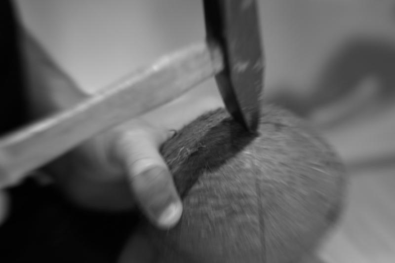 Wie öffnet man eine braune reife Kokosnuss
