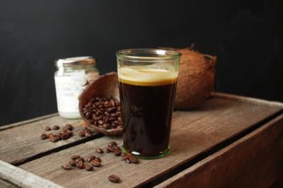 Kaffee mit Kokosöl oder MCT-Öl für den perfekten Tagesstart