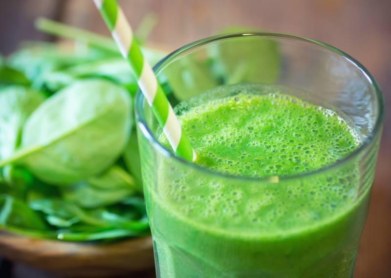 Grüner Smoothie mit Kokoswasser zum Frühstück
