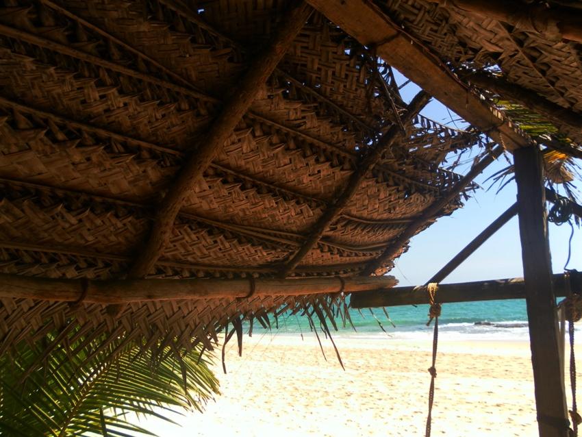Dach aus geflochtenen Kokosblaettern