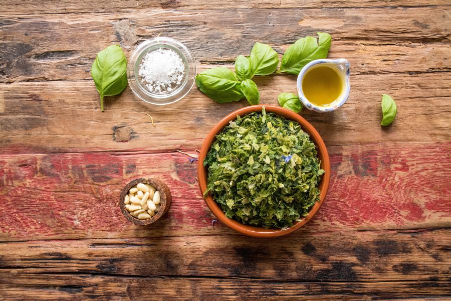 zutaten für ein bio veganes pesto mit algen