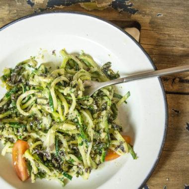 Zucchini-Pasta mit Algen-Hanf-Pesto