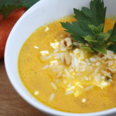 Möhren-Suppe mit Nüssen und Minze