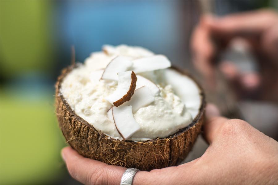 Kokosmus-Joghurt-Eis in Kokosnuss
