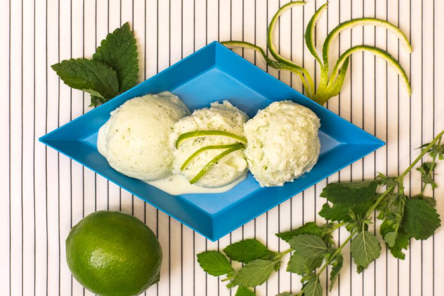 Selbstgemachtes Minz-Limetten-Eis mit Kokosmus