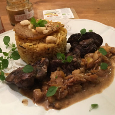 Bio-Hähnchenleber mit Birne, Macadamianüssen und Fenchel-Minz-Reis