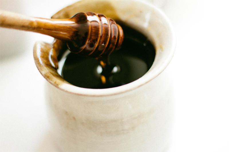 Frischer Honig mit Löffel.