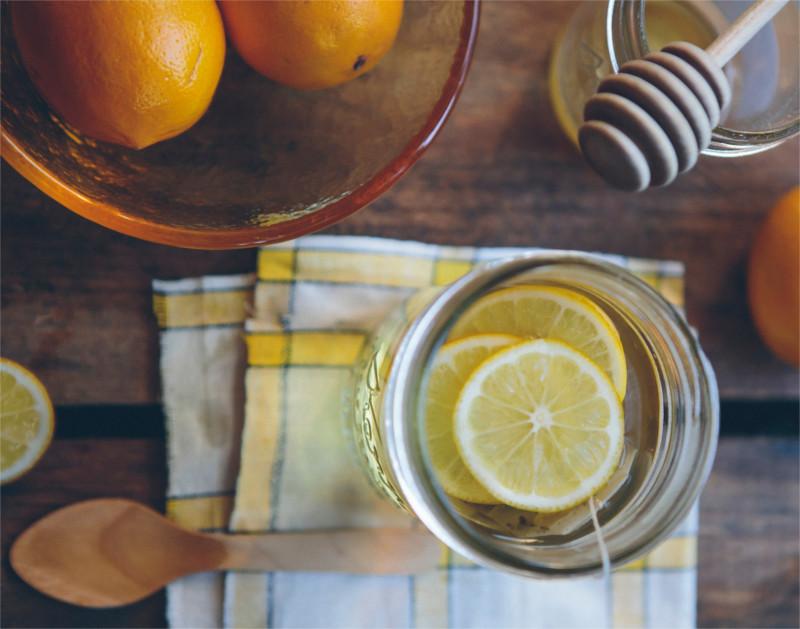 Foto von Tee mit Zitrone und Honig.