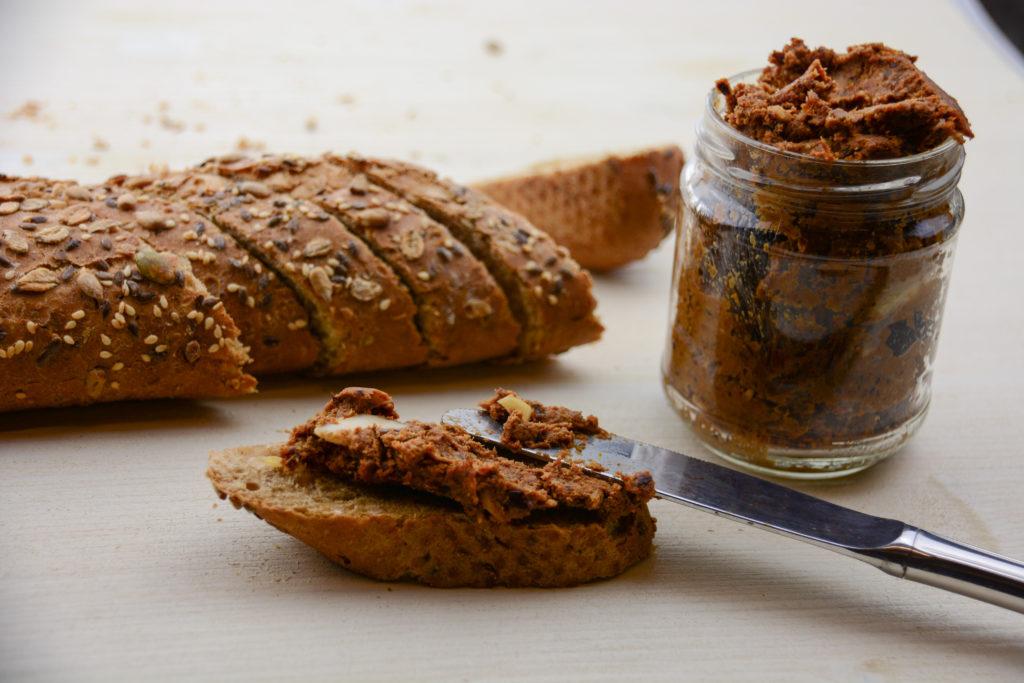 Brotaufstrich mit Mandeln, getrockneten Tomaten und Dulse