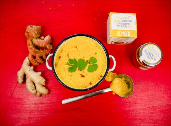 Selbstgemachte Currysuppe mit KULAU Bio-Kokosgewürz Bombay. in Schüssel angerichtet