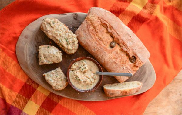 Veganer Schmalz mit KULAU Bio-Kokosöl und frischem Olivenbrot angerichtet.
