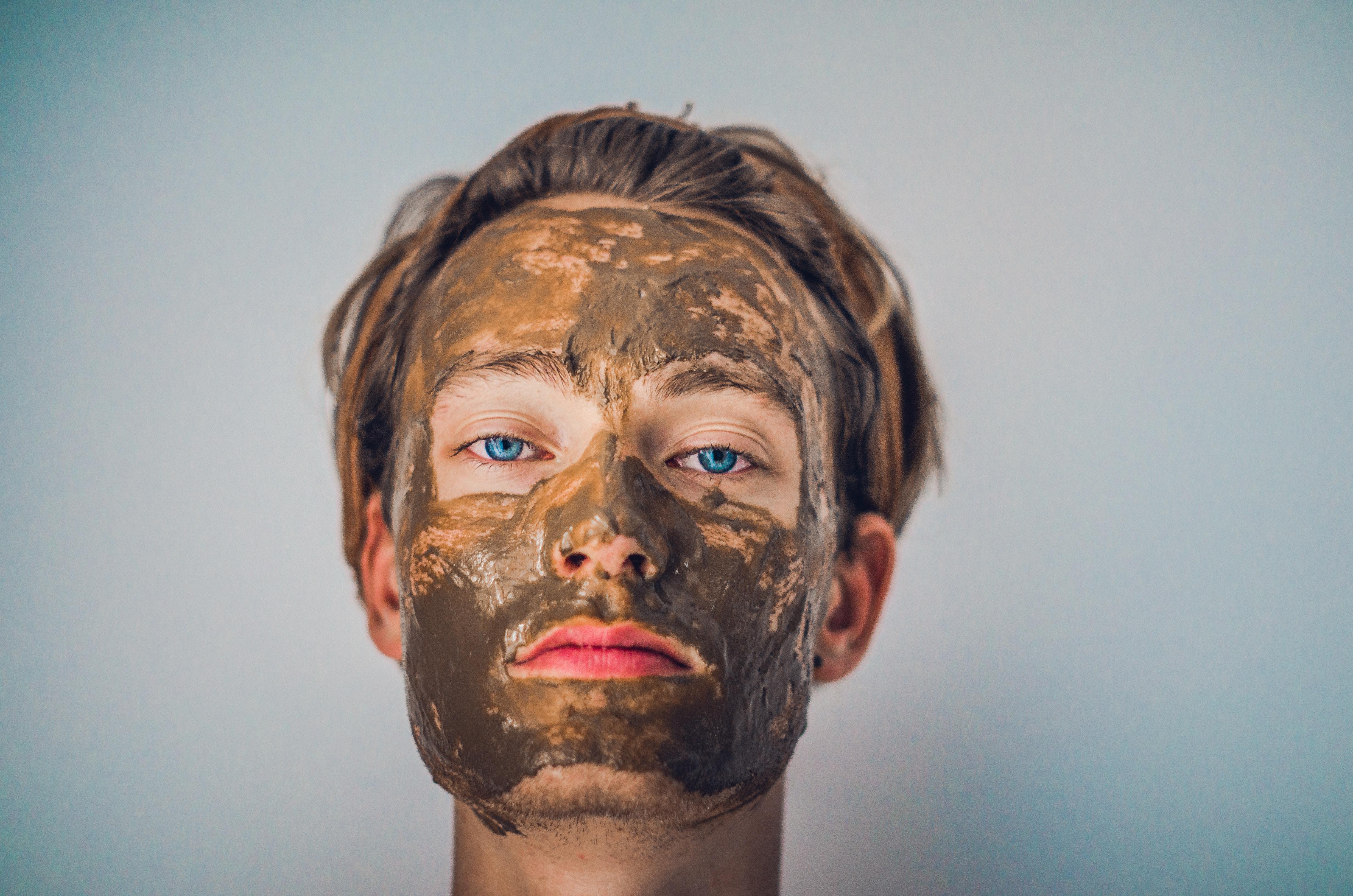 Ein Mann mit einer Gesichtsmaske.