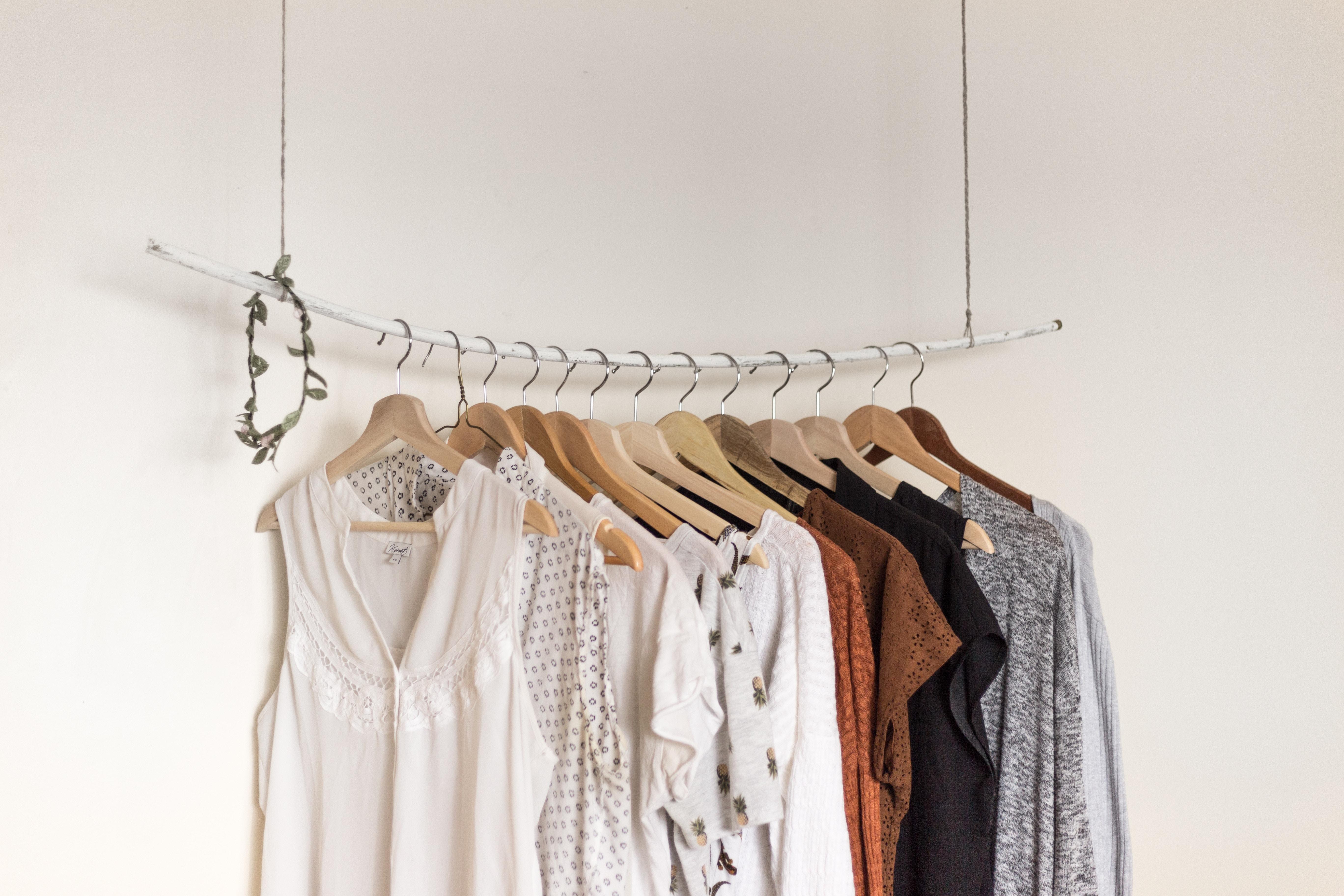 Eine Kleiderstange mit wenig Kleidungsstücken.