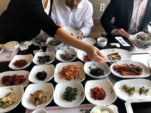 Viele Schalen mit koreanischem Essen